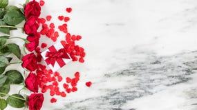 心脏和玫瑰为假日在大理石背景爱 库存图片