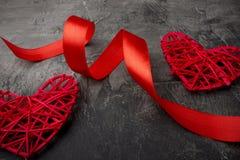 心脏和红色丝带在黑暗的背景 华伦泰` s天或婚礼 库存图片