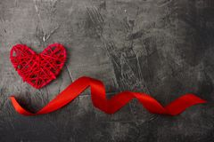 心脏和红色丝带在黑暗的背景 华伦泰` s天或婚礼 库存照片