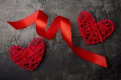 心脏和红色丝带在黑暗的背景 华伦泰` s天或婚礼 免版税库存图片