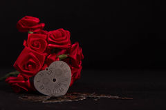 心脏和红色丝带玫瑰 图库摄影