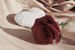心脏和红色玫瑰,葡萄酒颜色,华伦泰概念 免版税库存图片