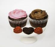 心脏和花杯形蛋糕 库存照片