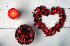 以心脏和花瓣的形式图有一个蜡烛的 免版税库存照片