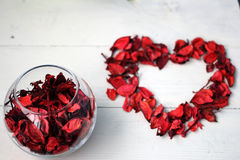 以心脏和花瓣的形式图 免版税库存图片