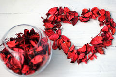 心脏和花瓣 免版税库存照片