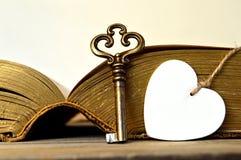 心脏和葡萄酒钥匙 免版税库存照片