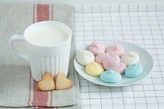 以心脏和蛋白甜饼牛奶的形式曲奇饼 免版税库存照片