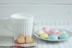 以心脏和蛋白甜饼牛奶的形式曲奇饼 库存照片