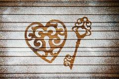 心脏和面粉的钥匙作为爱的标志在木背景的 重点 看板卡减速火箭的葡萄酒 免版税图库摄影