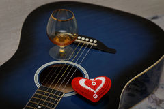 心脏和玻璃在吉他 库存图片