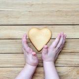 心脏在儿童的手上 免版税库存照片