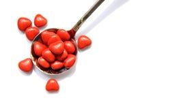 心脏在匙子的形状糖果 免版税库存照片