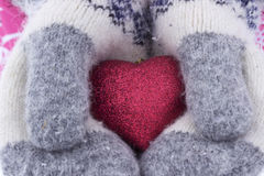 心脏在女孩` s手上 拿着心脏手套的少妇  免版税库存照片