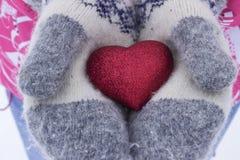 心脏在女孩` s手上 拿着心脏,冬天的少妇 免版税库存图片
