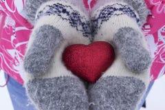 心脏在女孩` s手上 拿着心脏,冬天的少妇 图库摄影
