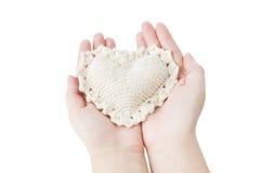 心脏在女性手上 免版税库存图片