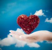 心脏在手边 在棕榈的心脏-爱标志 免版税库存照片