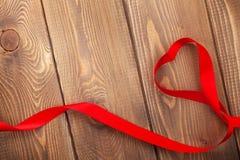 心脏在木情人节背景的形状丝带 免版税库存照片