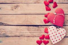 心脏在木桌背景的织品框架 免版税库存照片