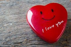 心脏在木桌,华伦泰上的形状箱子 免版税库存照片