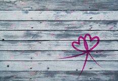 心脏在木背景的标志装饰 图库摄影