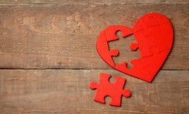心脏在木背景的难题红色 心脏的概念第二一半在爱的对华伦泰` s天或病症 免版税库存照片