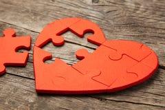 心脏在木背景的难题红色 心脏的概念第二一半在爱的对华伦泰` s天或病症 图库摄影