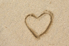 心脏在沙子海滩的形状图画 图库摄影