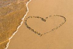 心脏在沙子的形状图画 免版税图库摄影