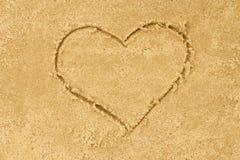 心脏在沙子的形状图画 库存照片
