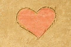 心脏在沙子的形状图画 图库摄影
