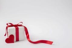 心脏在白色背景隔绝的礼物盒 华伦泰 库存照片