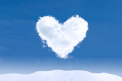 心脏形状云彩在冬日 免版税图库摄影