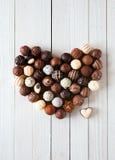 心脏形状做用各种各样的块菌状巧克力 免版税库存照片