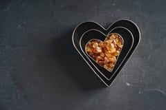 心脏形状切削刀用红糖 免版税图库摄影