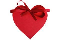 心脏形状华伦泰礼物标记,红色丝带装饰,被隔绝 库存图片