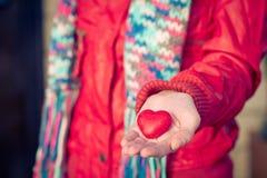心脏形状在妇女的爱标志递情人节 免版税库存照片