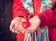 心脏形状在妇女的爱标志递情人节 免版税库存图片