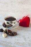 心脏形状巧克力。情人节静物画。 免版税库存照片