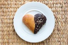 心脏形状烘烤松饼用在一块白色板材的巧克力 库存图片