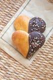 心脏形状烘烤松饼用在一块白色板材的巧克力 免版税图库摄影