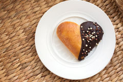 心脏形状烘烤松饼用在一块白色板材的巧克力 免版税库存照片