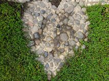 心脏形状由小卵石石头做成 库存照片