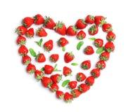 心脏形状由成熟红色草莓制成 免版税库存图片