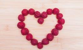 心脏形状由莓制成在表 库存图片
