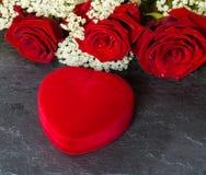 心脏形状礼物盒和英国兰开斯特家族族徽花束 免版税图库摄影