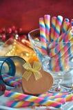 心脏形状礼物盒用甜颜色薄酥饼棍子 库存图片