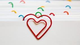心脏形状纸夹 库存图片