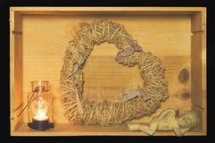 心脏形状藤、蜡烛和婴孩天使在一个木箱 免版税库存照片